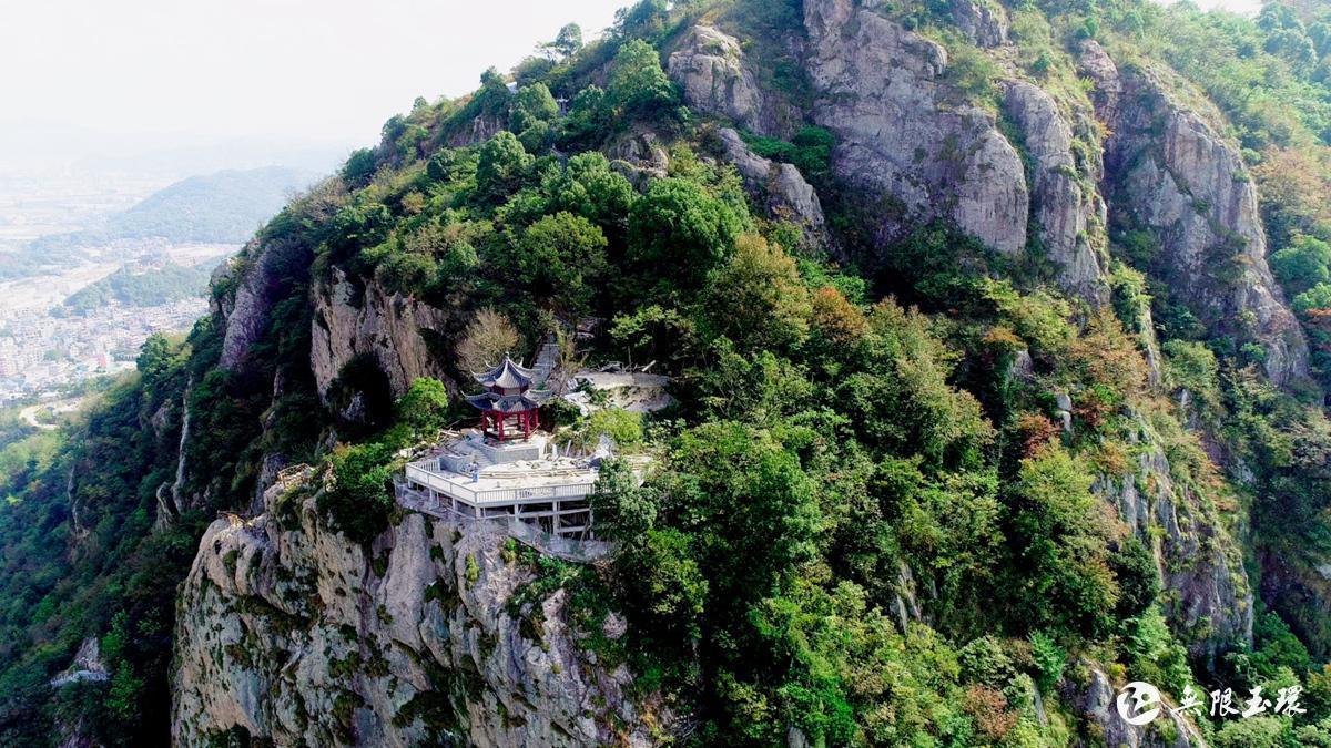 沿着百丈岩景区游步道往下走,山回路转,处处皆风景,山下新农村建设蒸