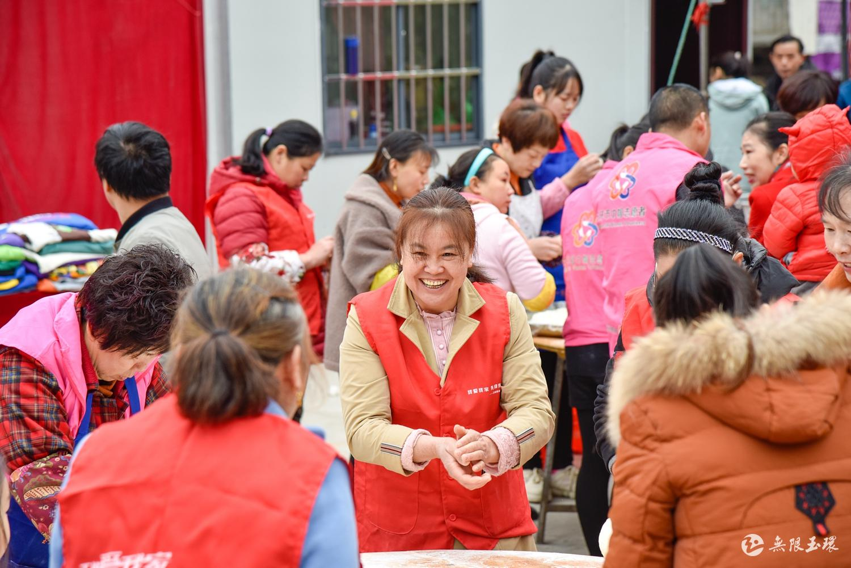 包饺子 穿新衣  外来务工人员第二故乡快乐过元旦 (4)